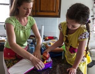 Diététiste Janice Cohen, B.Sc., R.D., et les enfants préparent les repas scolaires sains